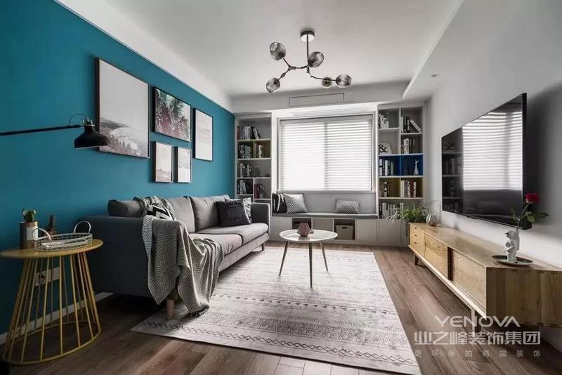 客厅给人一种简洁大方的感觉,深蓝色的背景墙上对称摆放几幅装饰画,家具都是选择简单利落的。