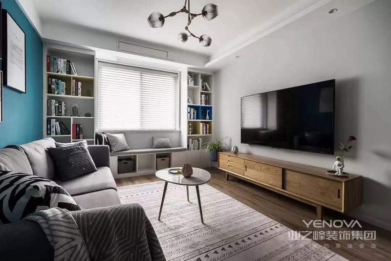 浅灰色的电视背景墙更显简洁感,飘窗被改造成休闲区,在两侧打造书柜,增加收纳空间。
