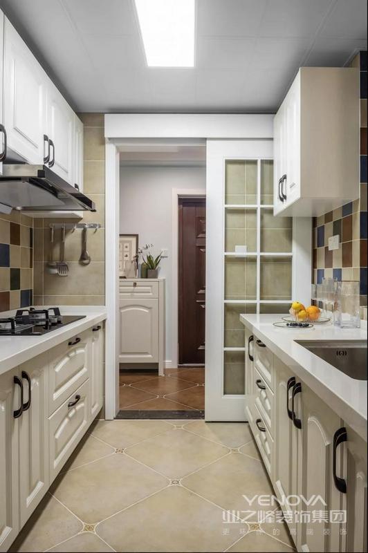 餐厅区域与厨房区域息息相关,玻璃移门的加入使餐厅更具光亮通透感,同时开阔了厨房空间。
