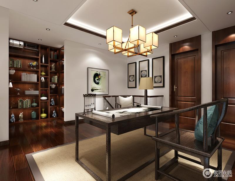 书房以枫木地板和展陈柜来呼应新中式圈椅和书桌的瑰丽,桌上的文房四宝便是生活日常的缩影;展陈柜奇巧的和墙体结合,形成规整的结构,方体黄铜吊灯与艺术画带着中式之意融合现代艺术更显文雅。