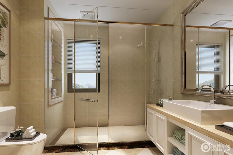 金属线条装饰的玻璃,通透视线,使面积狭小的卫浴空间干湿分离且简洁开阔;壁龛和盥洗台储物柜,使空间物品得到合理的摆放收纳、显得规整有序。
