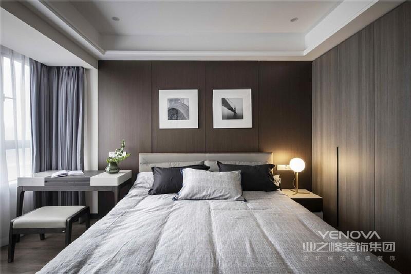 整个空间格局合理紧凑又不失简洁,抛开一切华而不实的装饰,使用深色木质面和暖色光源,将这里营造成一个十分舒适的睡眠空间。