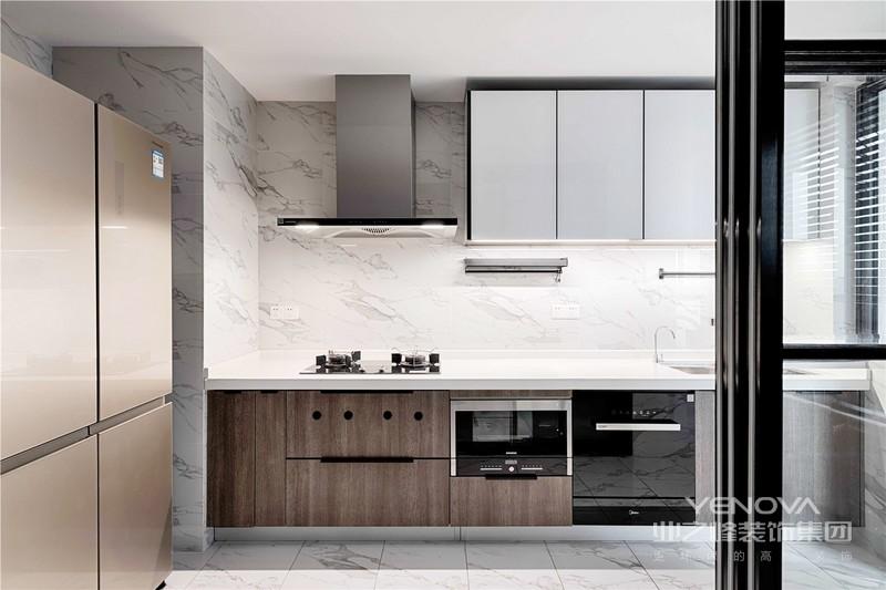 黑色框架玻璃门将厨房与餐厅分开,黑白相间的设计简单直接具有一股与生俱来的朴素气质。恰到好处的运用于现代空间,也在质朴之中营造了一种奢华感受。时尚与舒适、从容与精细,这些看似矛盾的个性在碰撞时却产生了美妙的感官旋律。