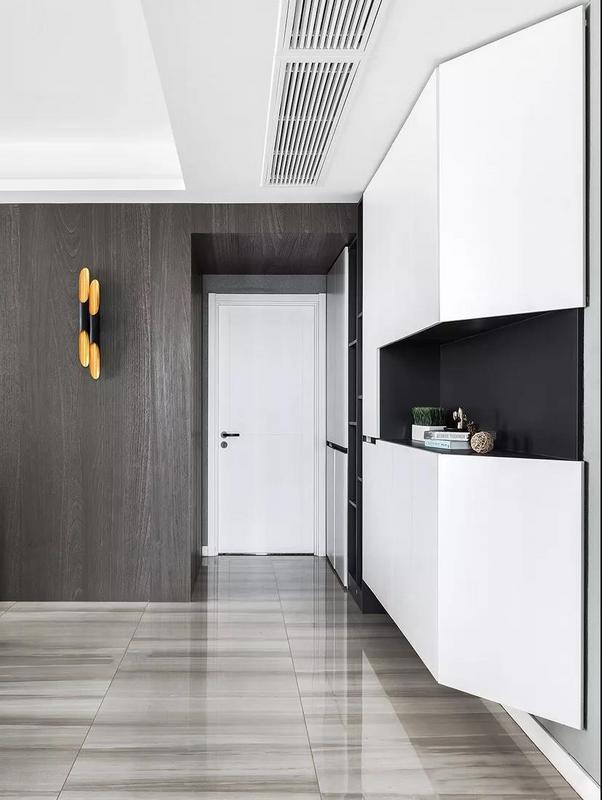 玄關整體考慮以實用為主,富有設計感的定制墻柜沒有完全落地,給空間一定的留白,看上去更加輕盈不擁擠。