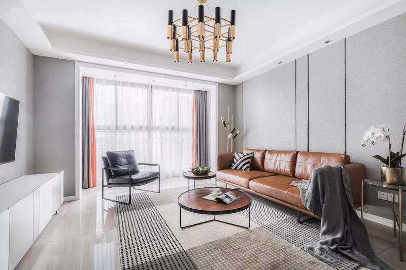 客廳以灰色作為主色調,用黑色和金屬色作為點綴,既滿足了業主簡約的要求,也讓黑白灰在這個空間里面并不顯得單調。