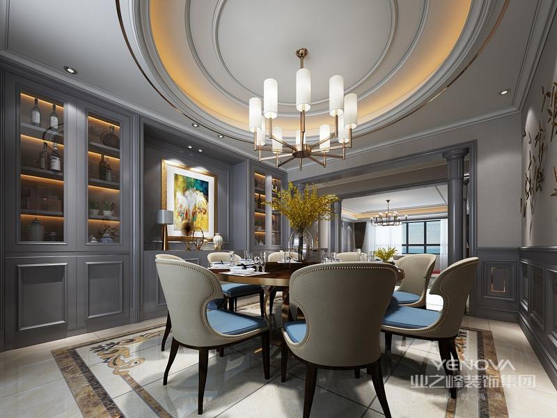 餐桌靠墙定制的酒柜,上面的吊柜颜色深浅设计出层次感,柜体台面选择大理石材质更容易打理。下柜隐形柜门更简洁大气。
