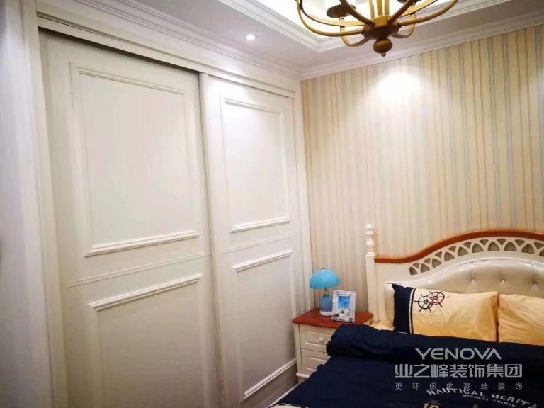 低彩度、线条简单且修边浑圆的木质家具让卧室充满了自然的舒适。