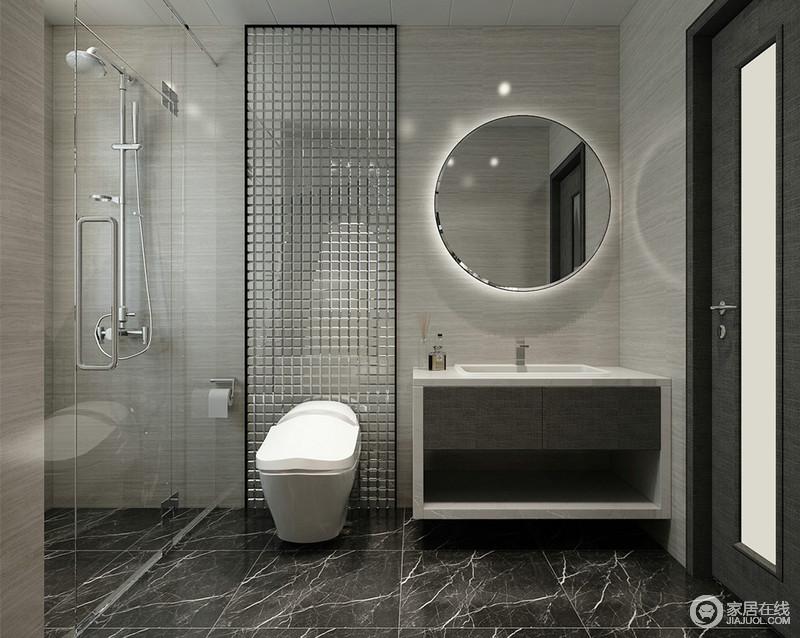灰白与黑灰色主打的卫浴空间内,马桶背景利用银色马赛克砖切割背景,铺陈出奢华时尚质感;内置灯带的圆形浴室镜,宛如一抹灿烂星光;通透的玻璃,保证了空间的干湿分离。