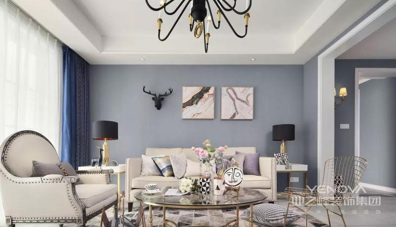 光线透过窗纱照射到客厅 地毯上几何图案的颜色刚好和家具匹配 蓝色的窗帘 给整个空间带来一份安详与洁净