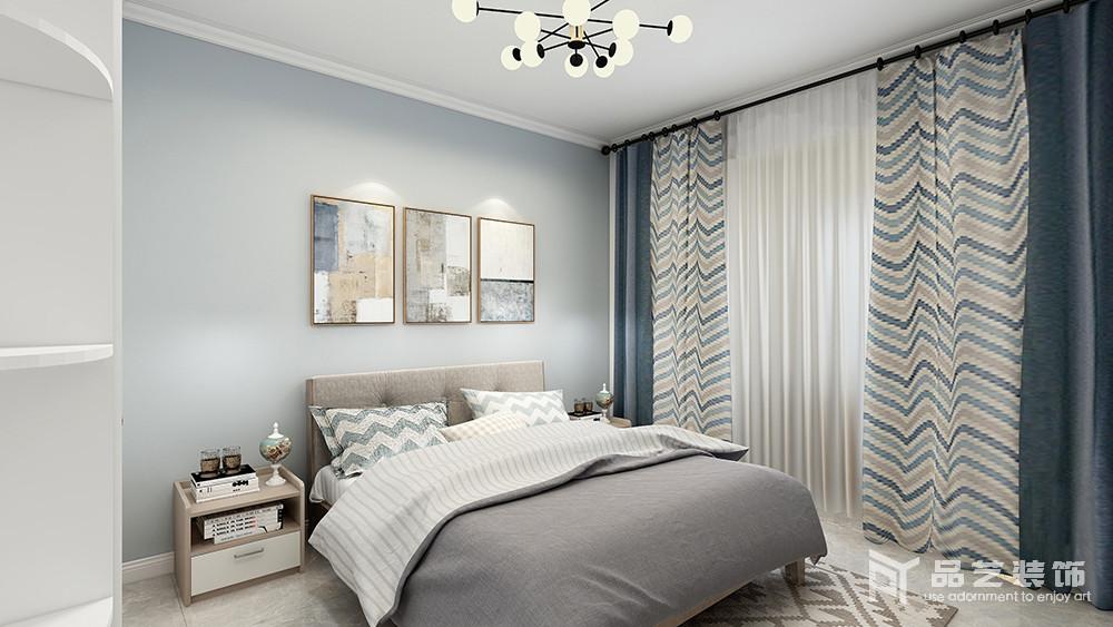 卧室以浅蓝色漆粉刷墙面,搭配白色吊顶和衣柜,渲染了一份清新素雅;藏蓝色与条纹窗帘搭配缓解了灰色床品的沉闷,并裹挟着黑白波纹枕头,让家愈加舒适。