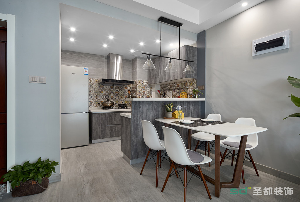 餐厅连接着厨房的吧台,富有北欧风格设计感的餐椅、餐厨房延伸设计出一个吧台,在吧台下面是餐厅,形成了开放式的厨房和厨厅一体化的空间,让整个空间不至于拥挤。