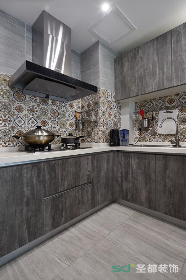 厨房的细节之处在于墙面采用复古的花纹砖,个性而时尚。