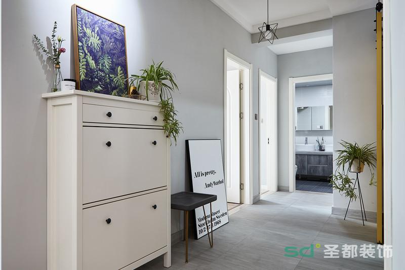 过道处的设计也有一股浓浓的北欧简约风,许多绿植元素为居室增添一股清新的风采。白漆墙给人一种宁静、安逸的味道。