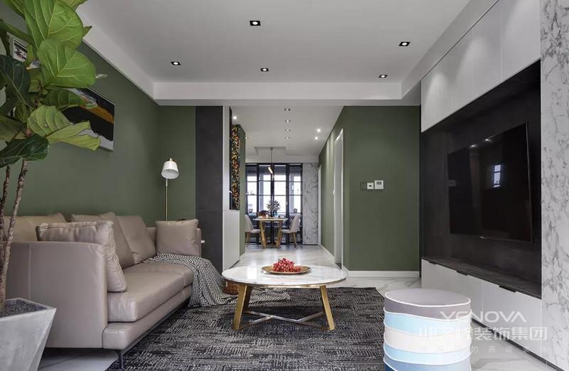 客厅整体下跌奶简洁的空间 电视墙是一个定制收纳柜的设计 结合墨绿色的沙发墙 整体显得清新而又现代雅致