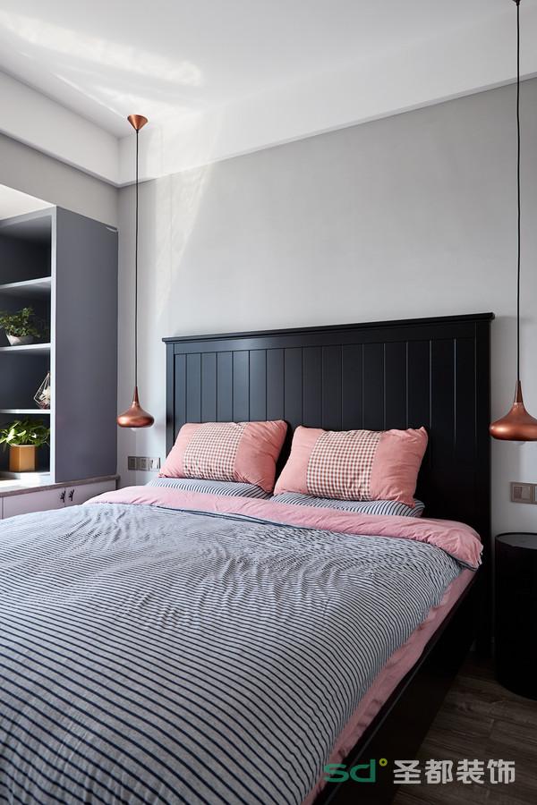 主卧的配色不同于客厅,在黑白灰主色调上,辅之以粉橘色系,给人一种梦幻的舒适感。吊灯的设计感非常强,是整个空间点缀的亮点元素。
