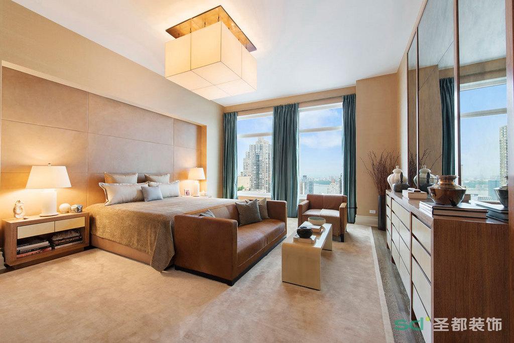 卧室的落地窗很明亮干净,暖色的地毯看上去很舒服柔软,吊顶的灯是现代风格的代表,显得很温馨,舒适。