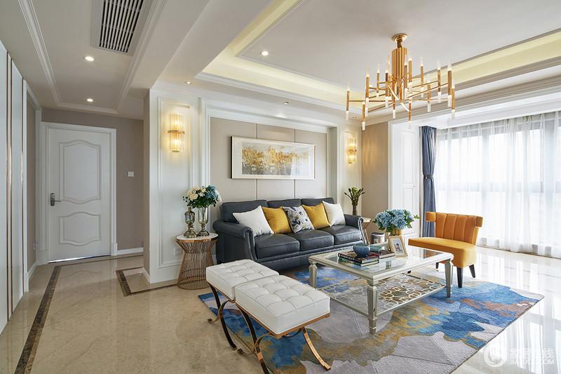 客厅的布局四四方方、规矩严谨,纵横线条的搭配运用,皆给人视觉上的整齐舒适感。
