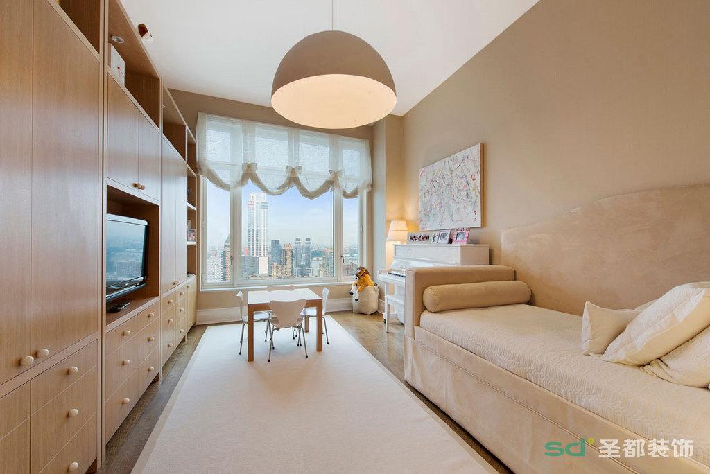 休息室也是小孩子的娱乐的地方,长形榻榻米加上小方桌,整个空间都是暖暖的色调。