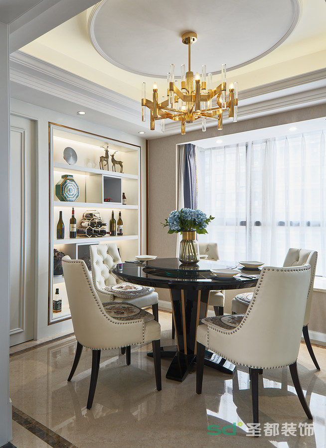 餐厅的空间布局有限,与客厅之间有着半隔断的效果,吊顶是圆形的设计,与大圆桌呼应。地面采用高档釉面砖。