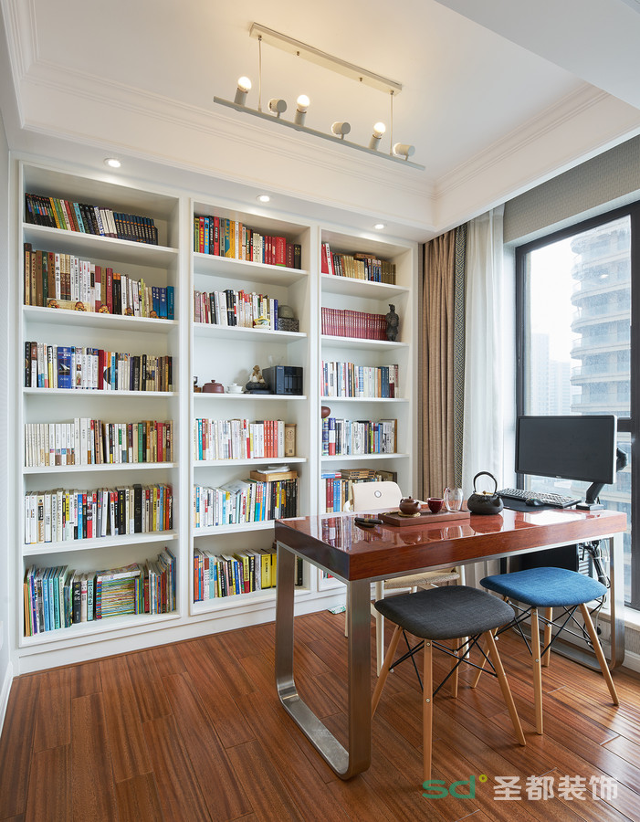 书房的设计以采光佳为重点,墙壁的书橱满足了主人阅读藏书的需求。闲暇时光在如此明亮的书房内,泡上一杯清茶,两碟果脯,便可度过最美好的时光。