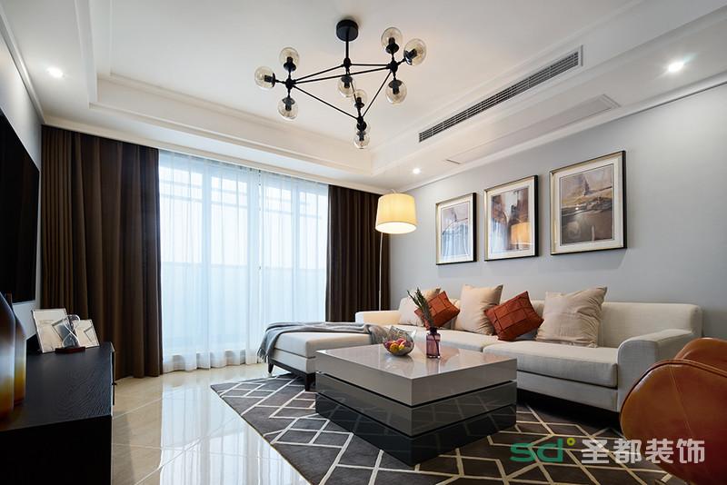 客厅在不动声色中显露着端庄优雅,简约时尚的吊灯,意象派的挂画,干净利落的电视柜无不彰显着主人骨子里的低调和优雅。
