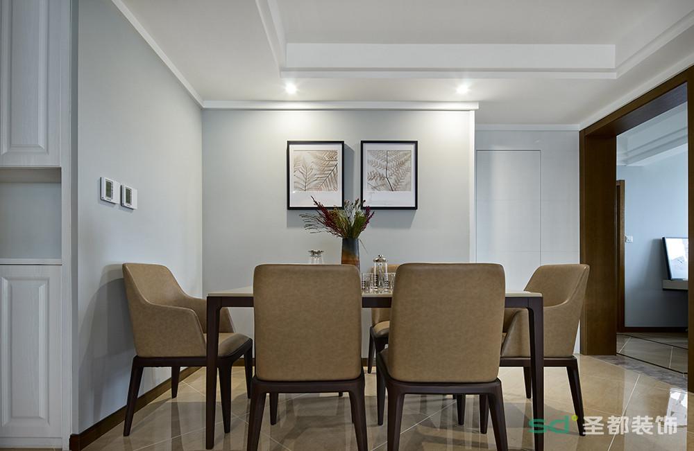 餐厅与客厅相连的餐厅,继续将棕色系发挥到极致。棕色的餐桌椅套装,自然简朴。可在柔和的灯光下,享受美好的用餐时光。