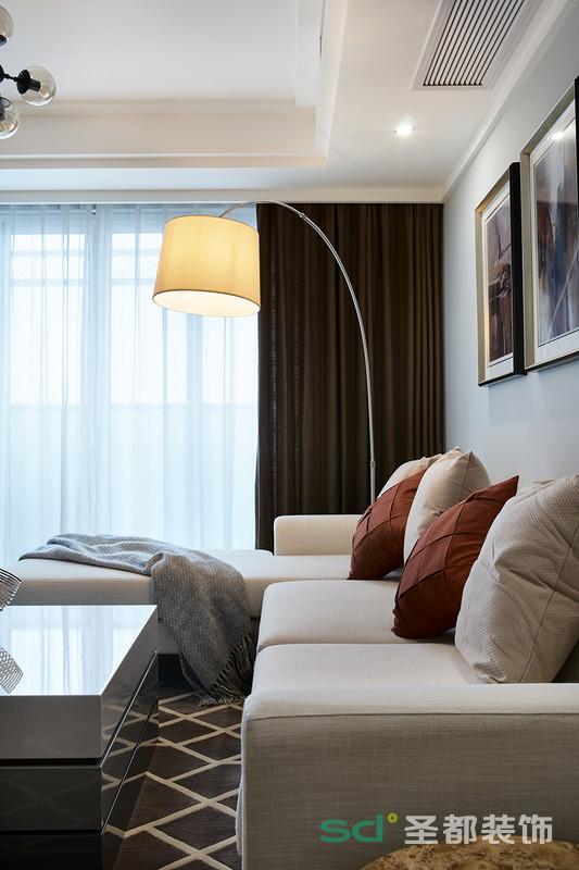 客厅的沙发、茶几、地毯都是灰色系的,亮棕色的靠包则给整个空间注入了活力。