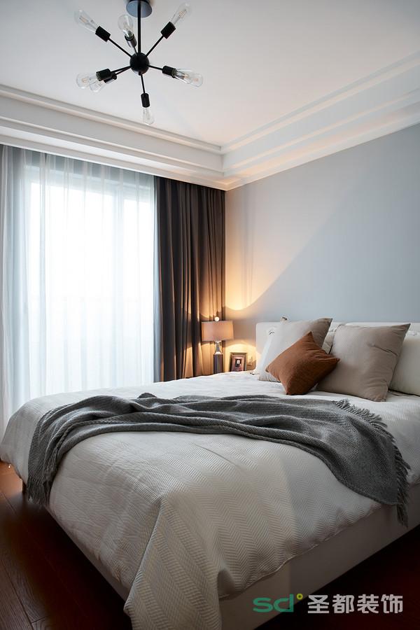 主卧以主人的爱好为灵感,温暖柔和的灰色在主人的私密空间中,大面积地使用着,给人岁月静好的感觉。