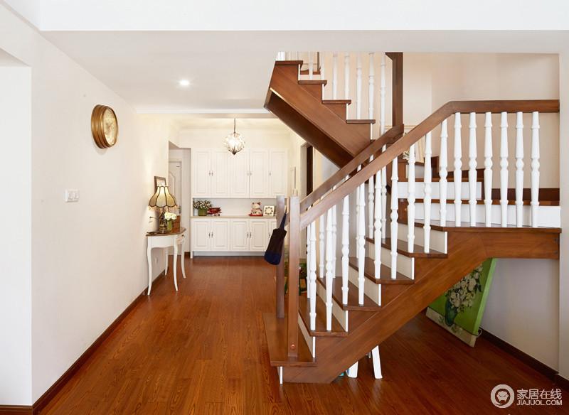 跃层的楼梯用深色和白色搭配,好似钢琴的黑白键,让人脚步轻盈仿佛在弹奏一曲华丽的乐章。