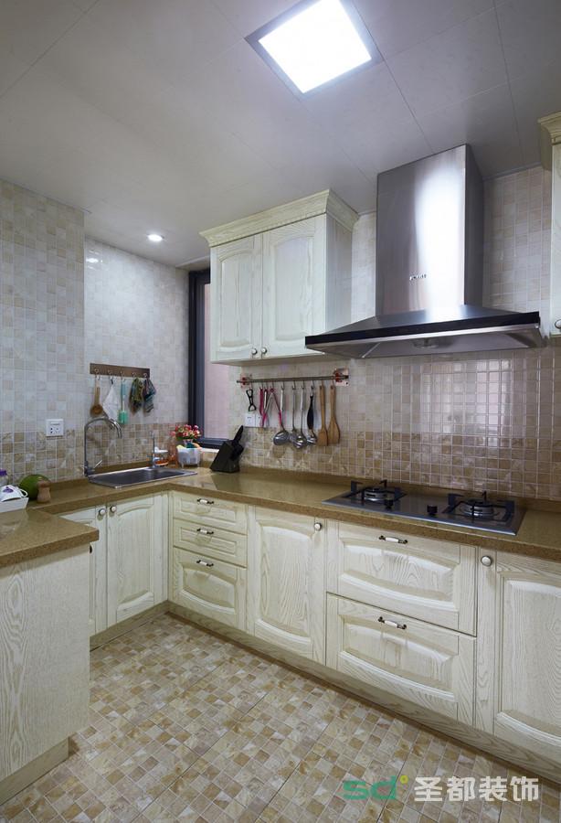 厨房选择以咖啡色系为主,给人一种大自然的感觉。地砖和墙砖都选用小块转,颜色相间,美意十足。