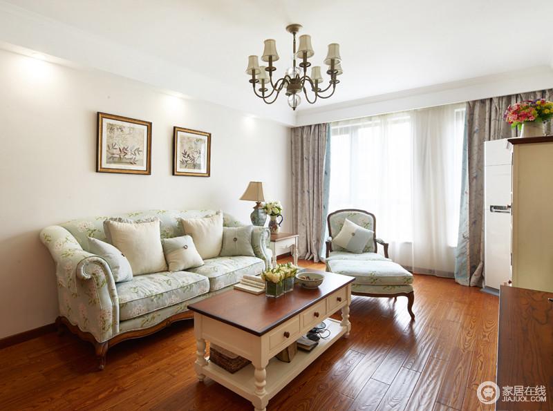 客厅以简约浅色系为主,做了简单的吊顶设计。在搭配美式的家具中显得格外的简约。