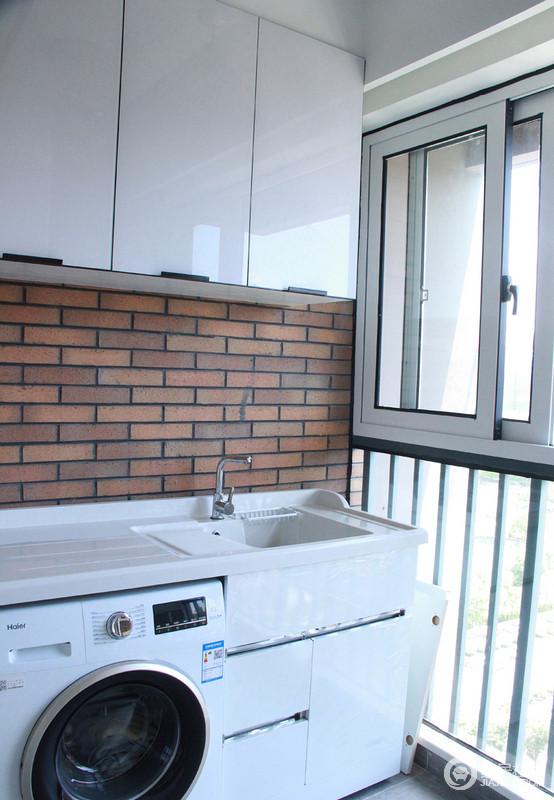 阳台复古的红砖搭配白色柜子,兼顾收纳,和美学。在等待衣服洗好的同时也可以在阳台泡一杯茶将美景尽收眼底。