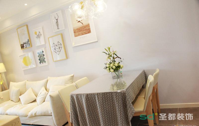 客厅和厨房联通, 虽然厨房占地较小,但是这个桌子是可以折叠,有朋友来家里聚会也不怕了,顶部是客户和厨房的主要光源,设计感强的吊灯十分彰显个性。