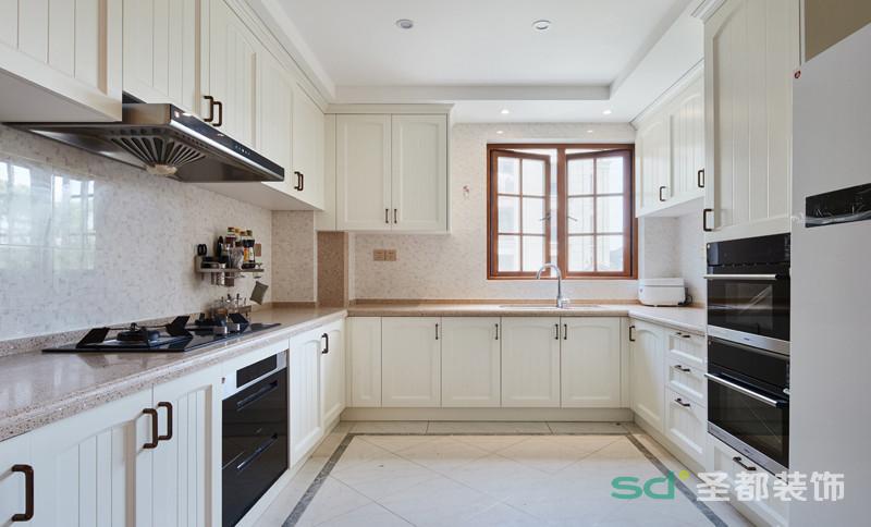 厨房和餐厅的关系上,设计师巧妙的将两者独立的空间连接了起来,使两个空间的装修风格相融合,统一了整个家的装修风格,因为少了隔断,餐厅内的亮度变大了,更通透。