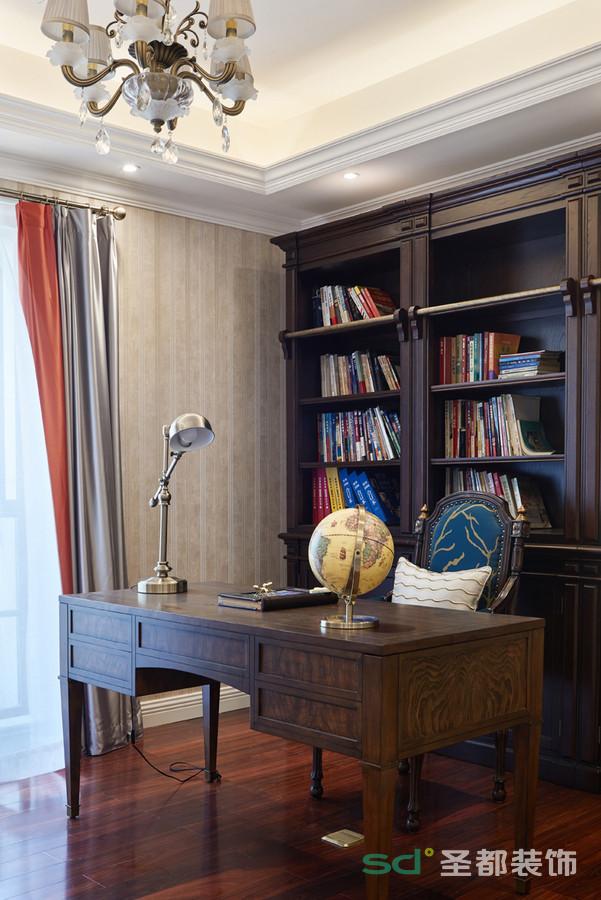 """书房的特点吸收了传统文化内涵为设计元素,革除了传统家具的弊端,在室内布置、线形、色调及家具陈设等方面,吸取传统装饰""""形""""、""""神""""的特征,去掉了多余的雕刻中式风格。"""