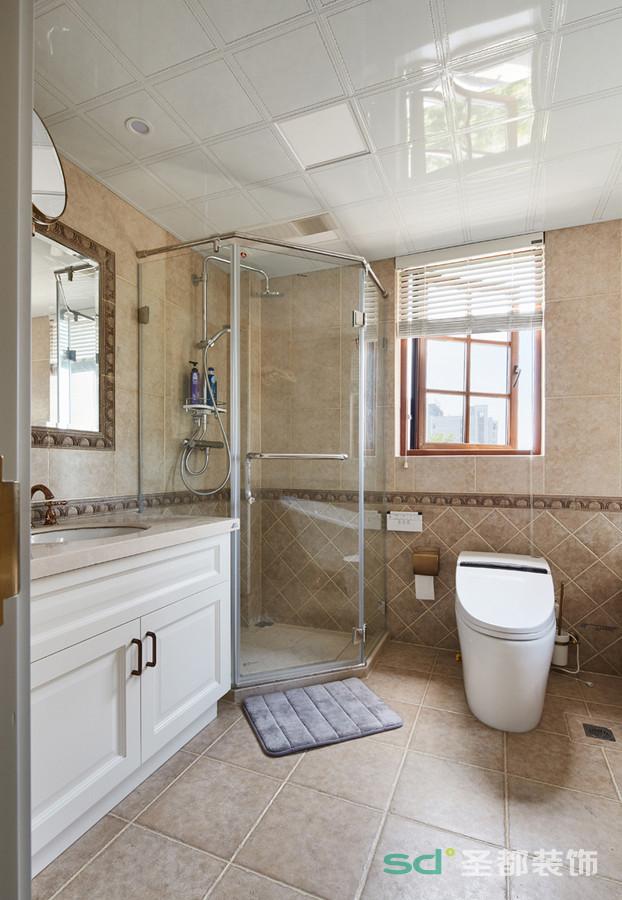 卫生间预留的空间非常大,在空间的利用上做了细分,整套的颜色以深米色为主,方砖和矩形砖的配合搭配有充满了现代主义色彩,与整个空间的风格贯穿统一。