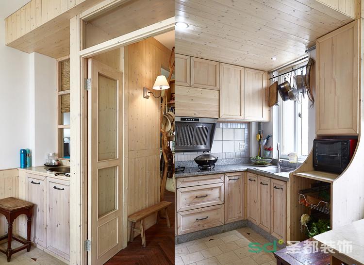 厨房隔断则采用隐形实木玻璃门的形式,既能阻隔油烟,又不影响空间延续性。地面用零料大理石铺贴,原有缺块用实木地板零料切块填充形成拼花,厨柜连着餐厅卡座根据旧实木柜门量身定制。