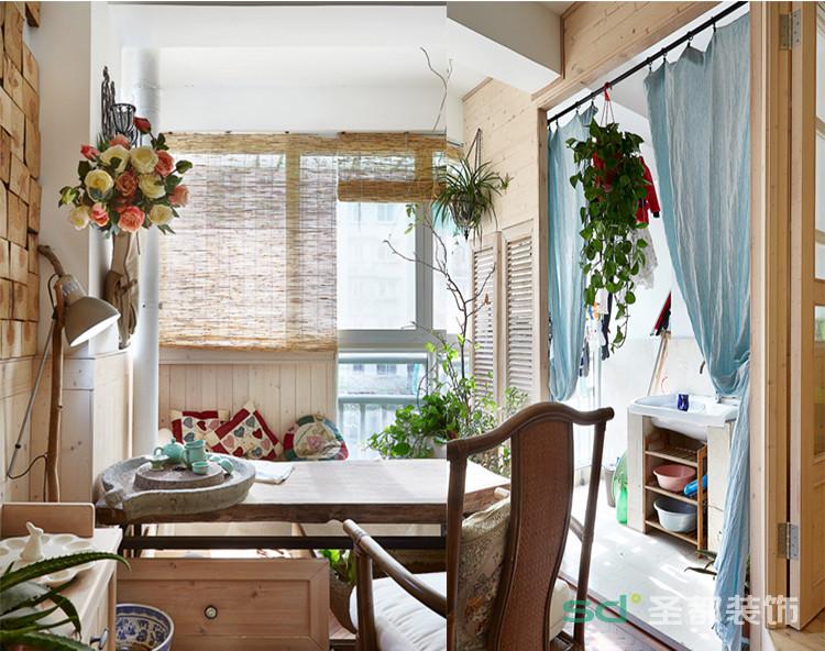 阳台将田园风格表现的淋漓尽致,将茶具与石磨搭配更是别出心裁。一路的原木护墙还有一个作用就是将隔断和走入式衣柜隐藏,扩展视线。