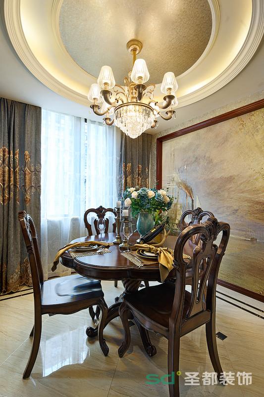 餐厅以实木材料制作的餐桌及椅凳朴实而自然,细节处理十分考究,如流畅的桌边线条,桌面及椅子的纹理,都凸显着家居生活的品质感。
