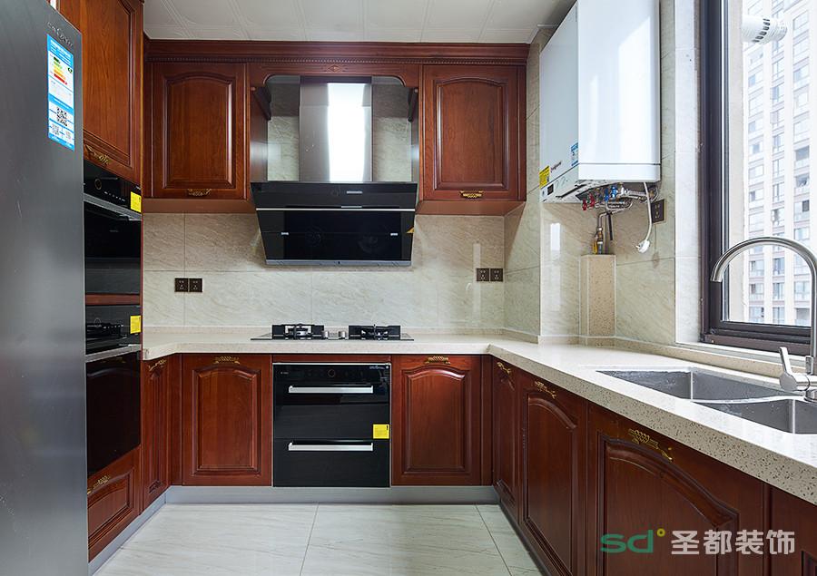 厨房的简单大气,美式的橱柜风格搭配浅色的地砖,空间宽敞而明亮。