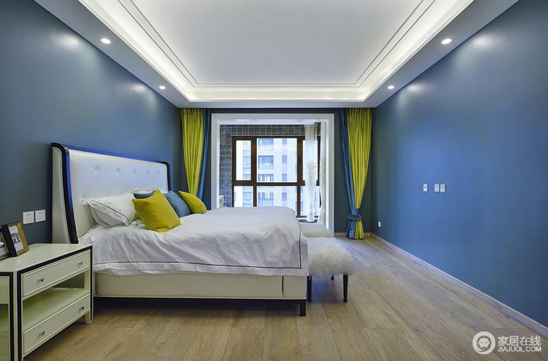 大面积的深蓝色带着悠远深邃的气质,搭配纯净的白色床品、家具,空间宛如天空般温润。极好的采光效果下,姜黄色靠包、窗帘,点缀出空间的轻盈明快。