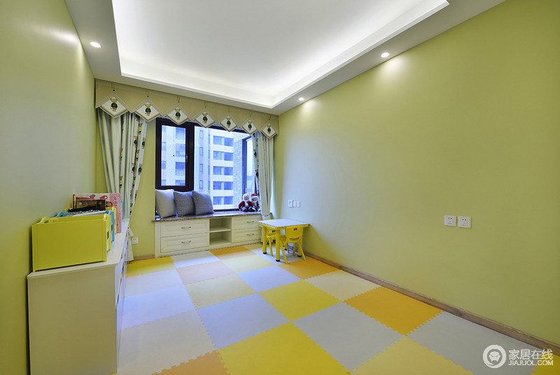 将卧室铺满五颜六色的软垫,改造成了儿童休闲乐园。柔软的垫子很好的保护了宝宝的活动安全,矮小的桌凳、衣柜,统统靠边且处处透着欢脱可爱的童趣。墙面漆刷成浅黄色,简直活力满分。