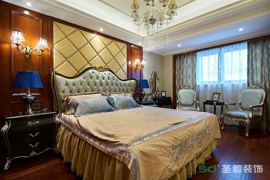 主卧的背景墙、吊灯、床单、窗帘的色彩搭配突出整个卧室的温馨、舒适的居住环境,突出高雅的品位,对传统文化有很深厚的理解,保留美式经典而恒久的魅影。