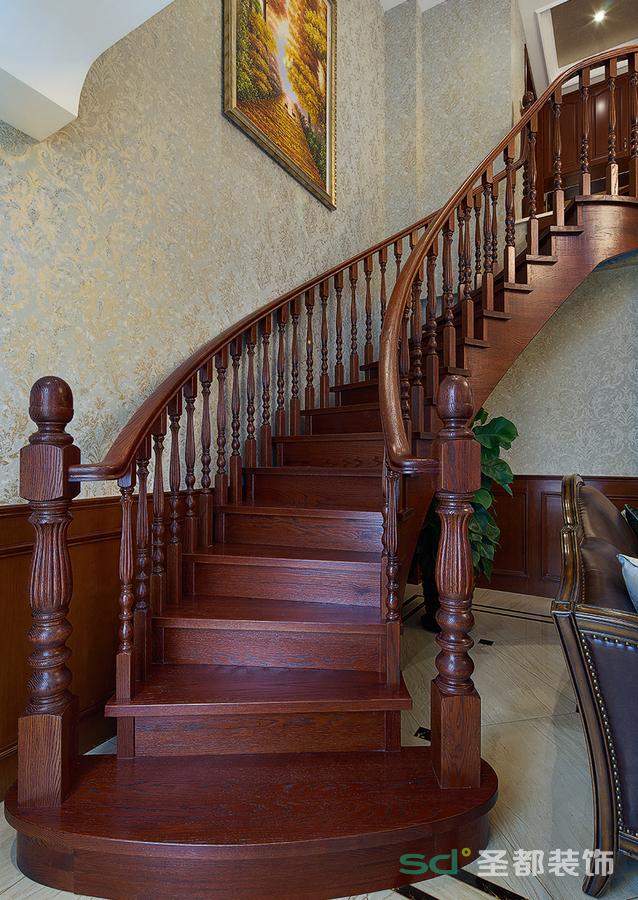 墙面采用米黄色墙纸点缀,加以楼梯是实木线条的衬托,使整个空间温馨明快,又不失美式情调。在光影设计中,以线型元素设计灯光,巧妙搭配从而形成一个令人最为轻松愉悦的居住形式。
