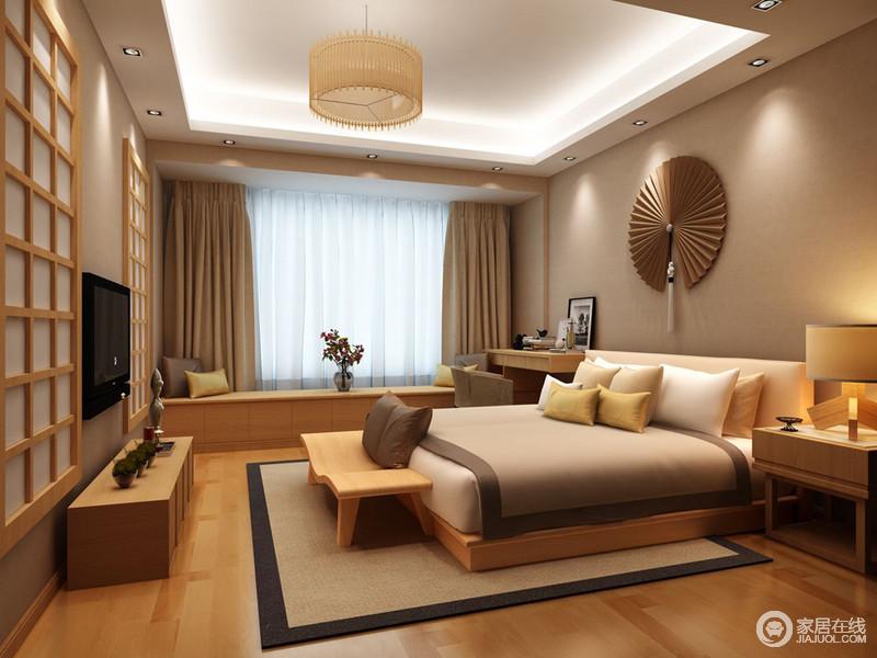 卧室里原木色的家具搭配驼色的墙面和布艺织物,轻易的制造出毫不做作的自然舒适感。低矮的飘窗台兼具了收纳的功能,墙上格子木窗装饰使空间日式情调浓郁起来。