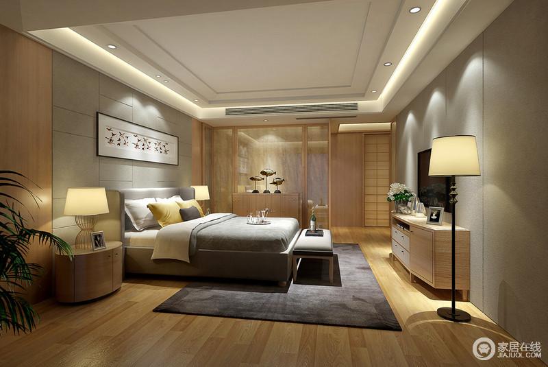 在强调空间的木色的同时,加入现代风格里的软包墙和造型雅致的双人床。卫生间的隔断以条木配透明玻璃,边几柜上的摆件与床头画作、空间绿植,点缀出蓬勃生命力。