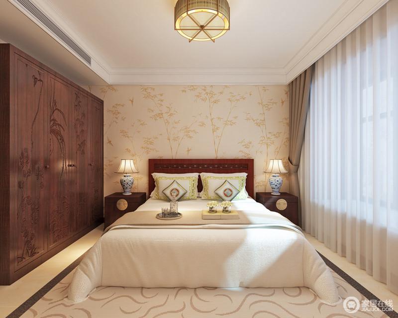 卧室的色调比较亲和柔美,驼色壁纸上的印花与木色大立衣柜上的雕花呼应,浅米白色的地毯则用曲线营造出一种活泼感。轻盈的纱帘弱化日光,使空间更显轻盈灵动。