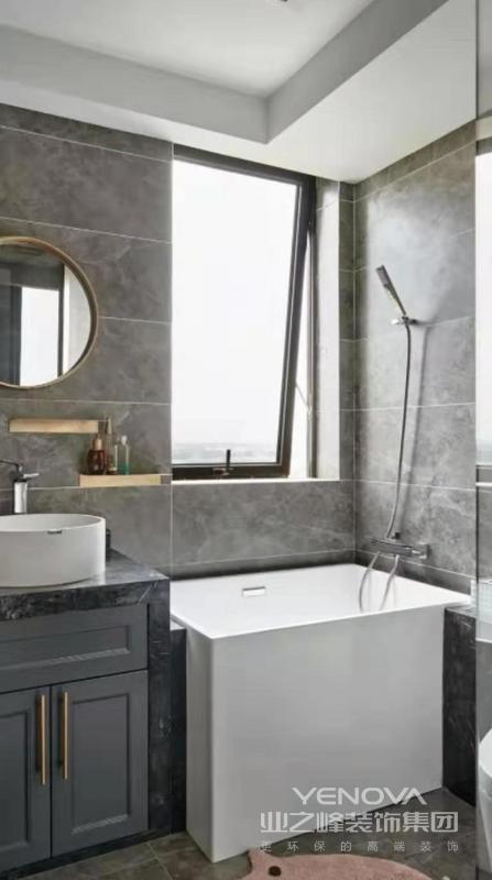 浴缸虽小但实用,让生活更舒适