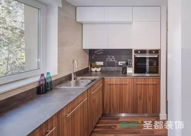 厨房采用原木色线条感强烈的柜体,白色的柜子,灰色的台面,显得宽敞。