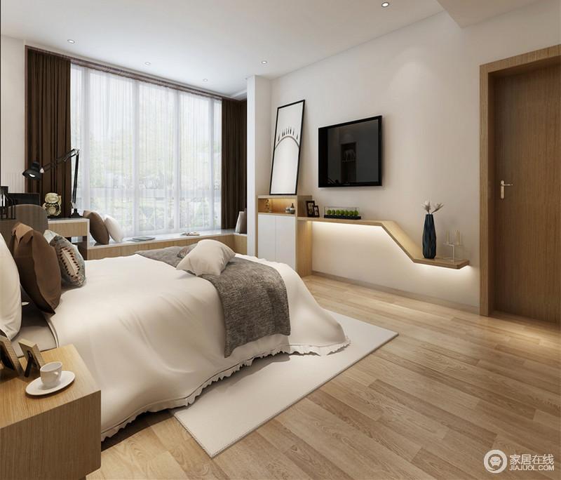 电视墙下方与阳台飘窗利用木板做出错落的高低层次,既流畅了空间线条,又用于置物展示和休闲娱乐。深浅相搭的床品,透着平实和随性的舒适。